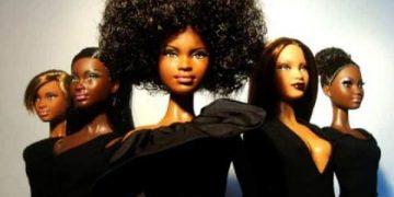 Svart og blandað kapp Barbie