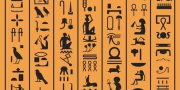 Hieroglifët egjiptianë ose letrat e Egjiptit të lashtë sfondi i papirusit. Vektori i simboleve dhe ikonave të shkruara të hieroglifit të vjetër egjiptian të perëndive, kafshëve dhe zogjve ose dekorimi i dizajnit të dorëshkrimit Pharao